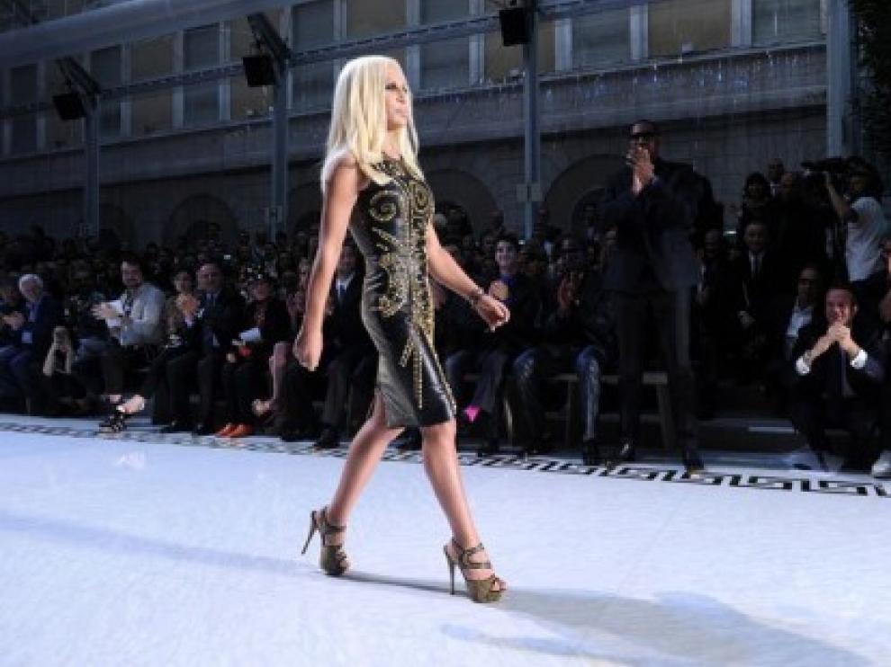 Donatella Versace, con uno de los diseños de su firma para H&M
