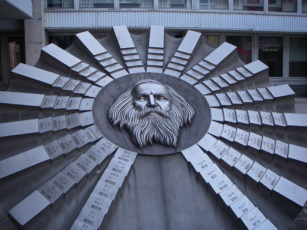 Monumento a la tabla periódica en honor de su creador, Mendeleyev, en Bratislava