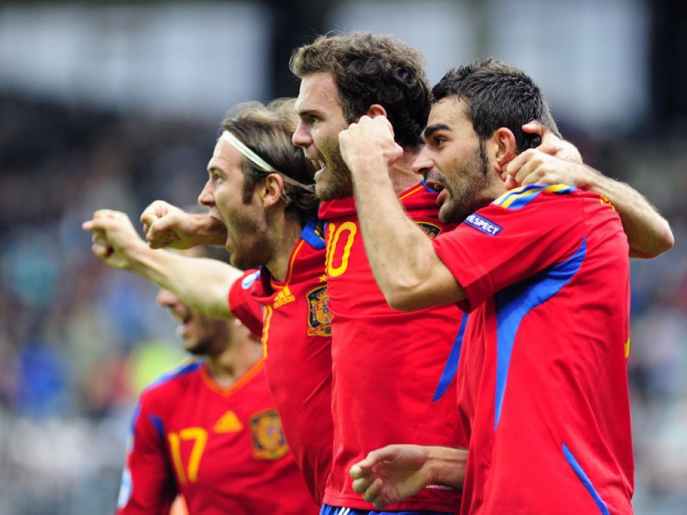 Adrián celebra con Mata y Capel uno de sus goles