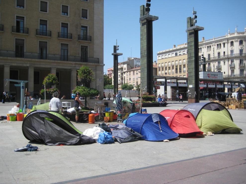 Varias tiendas de campaña en la plaza del Pilar