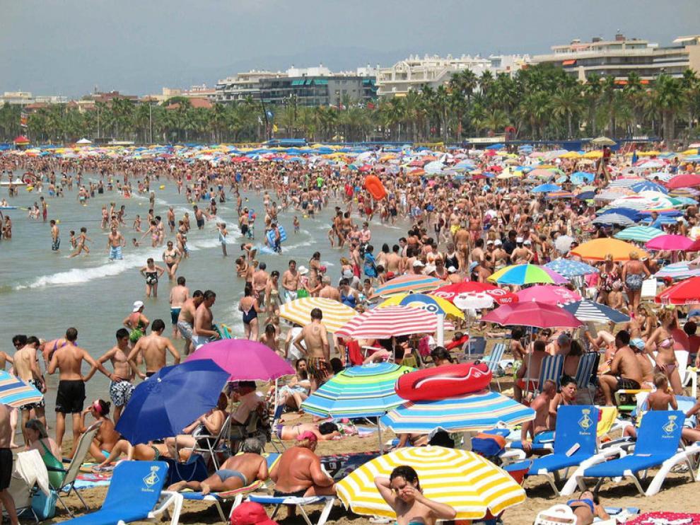 Aspecto que presentaba la playa de Levante de Salou el primer sábado del mes de julio