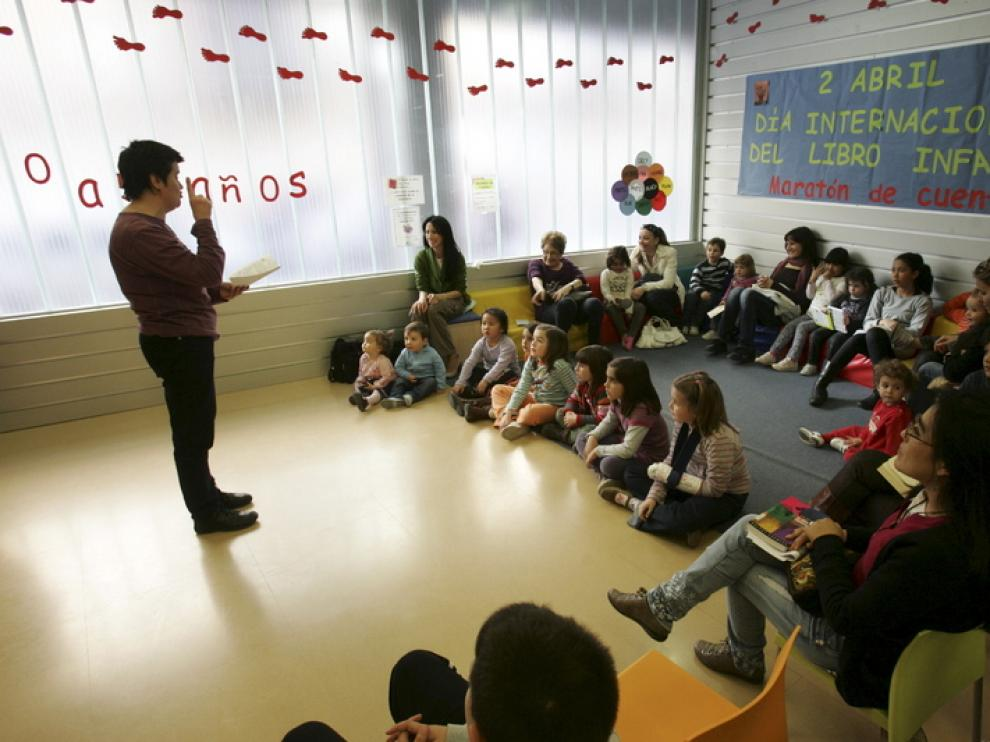 Los niños, atentos, escuchan a la cuentacuentos