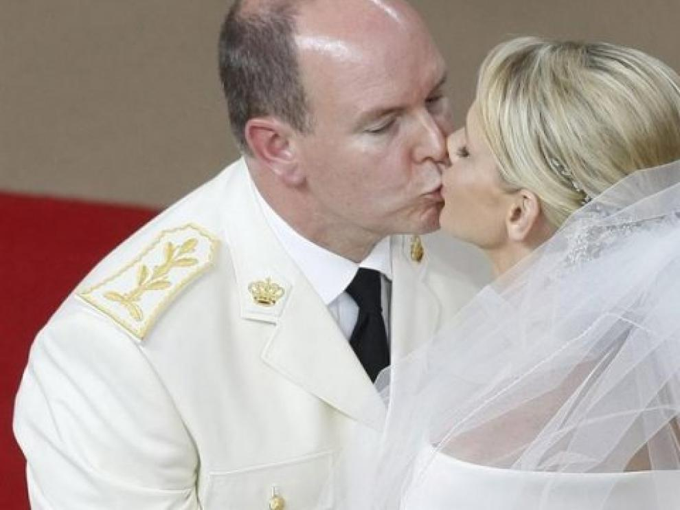 La princesa Charlene y el Príncipe Alberto de Mónaco se besan en su boda en el Patio de Honor del Palacio Real de Mónaco