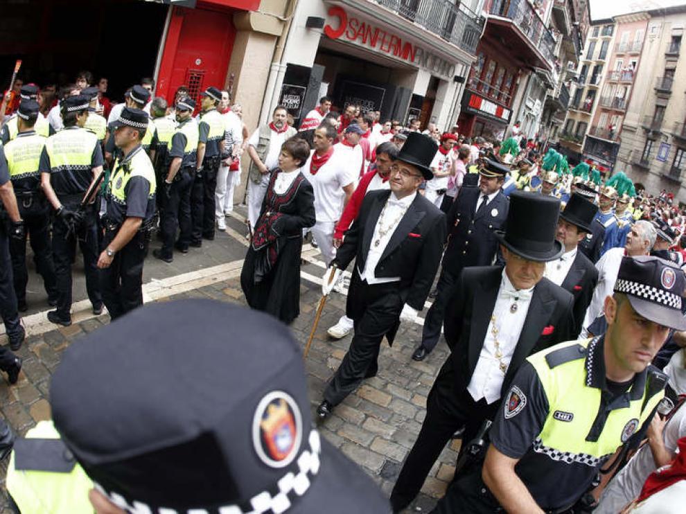 El alcalde de Pamplona Enrique Maya (c) y el resto de la corporación municipal, durante la procesión