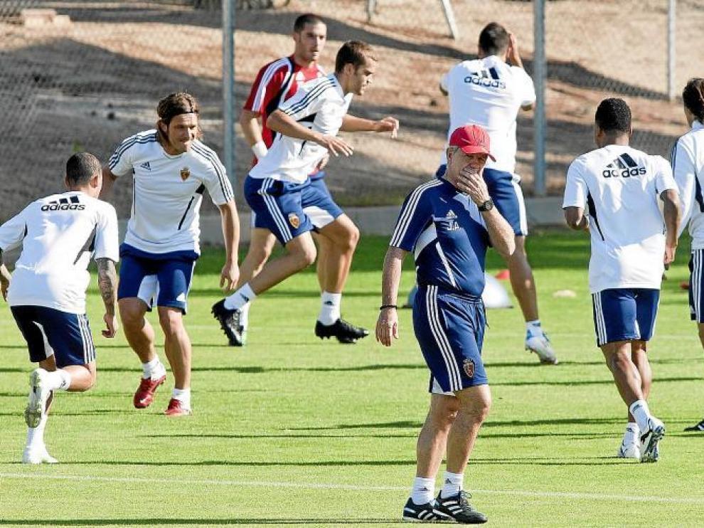 Aguirre supervisa unos ejercicios durante un entrenamiento.