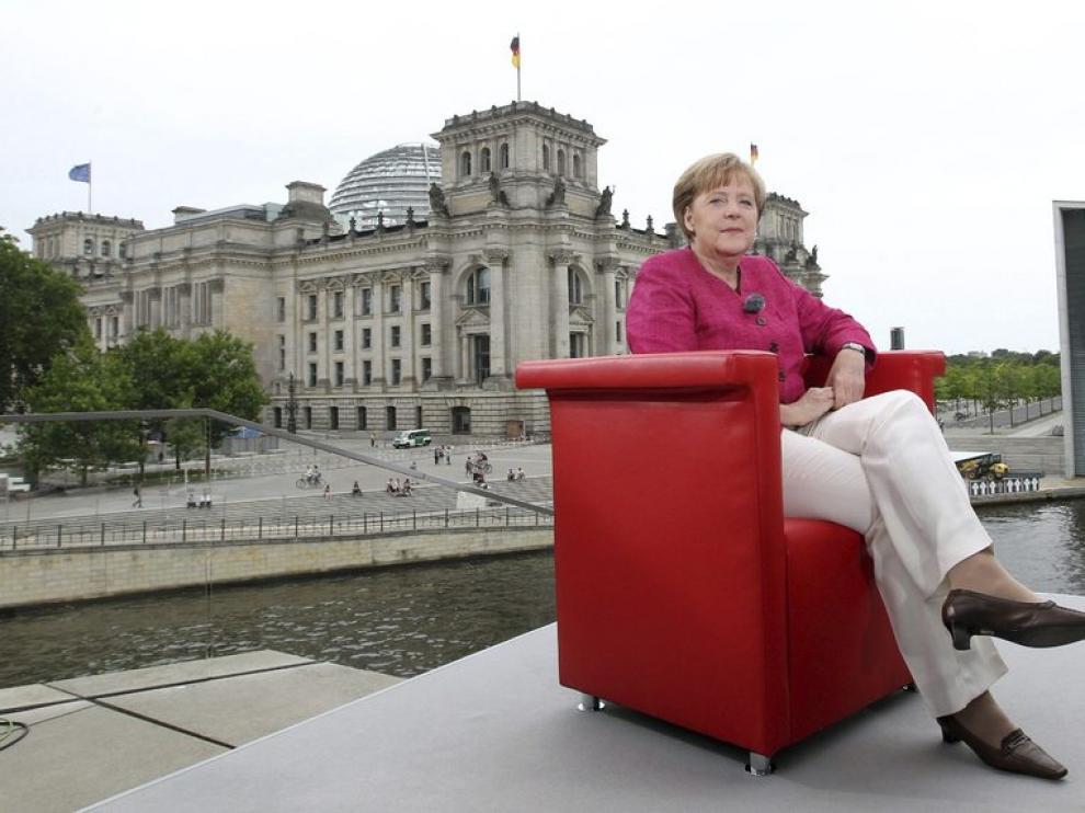 Merkel posa para una entrevista en televisión ante el Reichstag alemán
