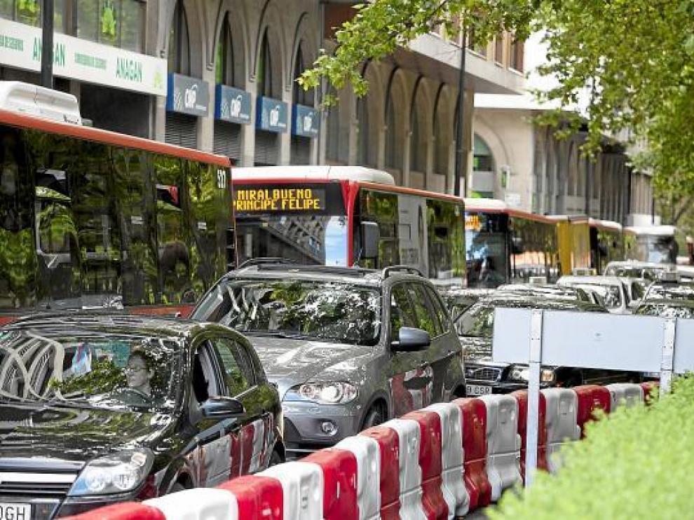 Más de una docena de autobuses en fila permanecieron parados en Constitución.