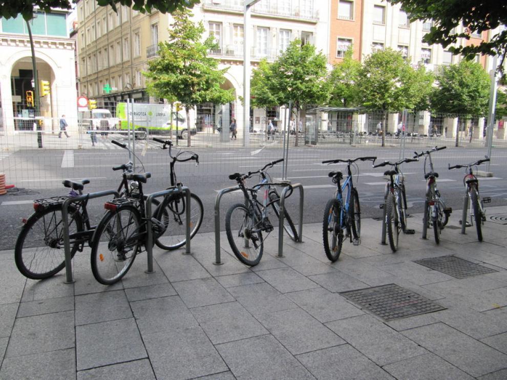 Aparcamiento de bicis en Independencia. Al fondo, las vallas de obra