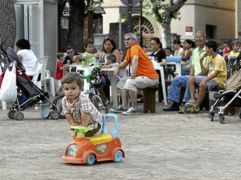 Los niños juegan en familia en la ludoteca del parque de Miguel Servet.