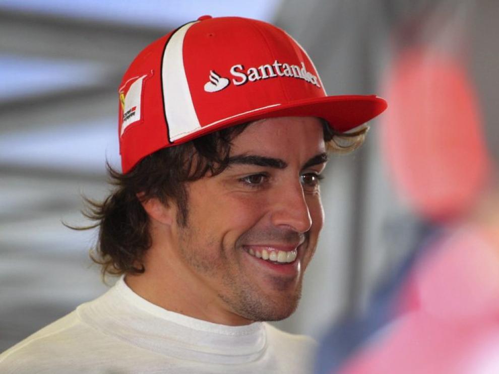 El piloto español de Fórmula Uno Fernando Alonso, de Ferrari, sonríe en Nürburgring
