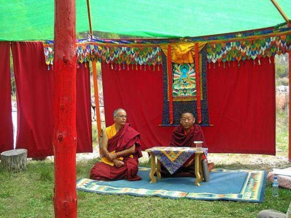 A la izquierda, el fundador del centro de Fuentespalda, el monje Ngawang Wangjor.