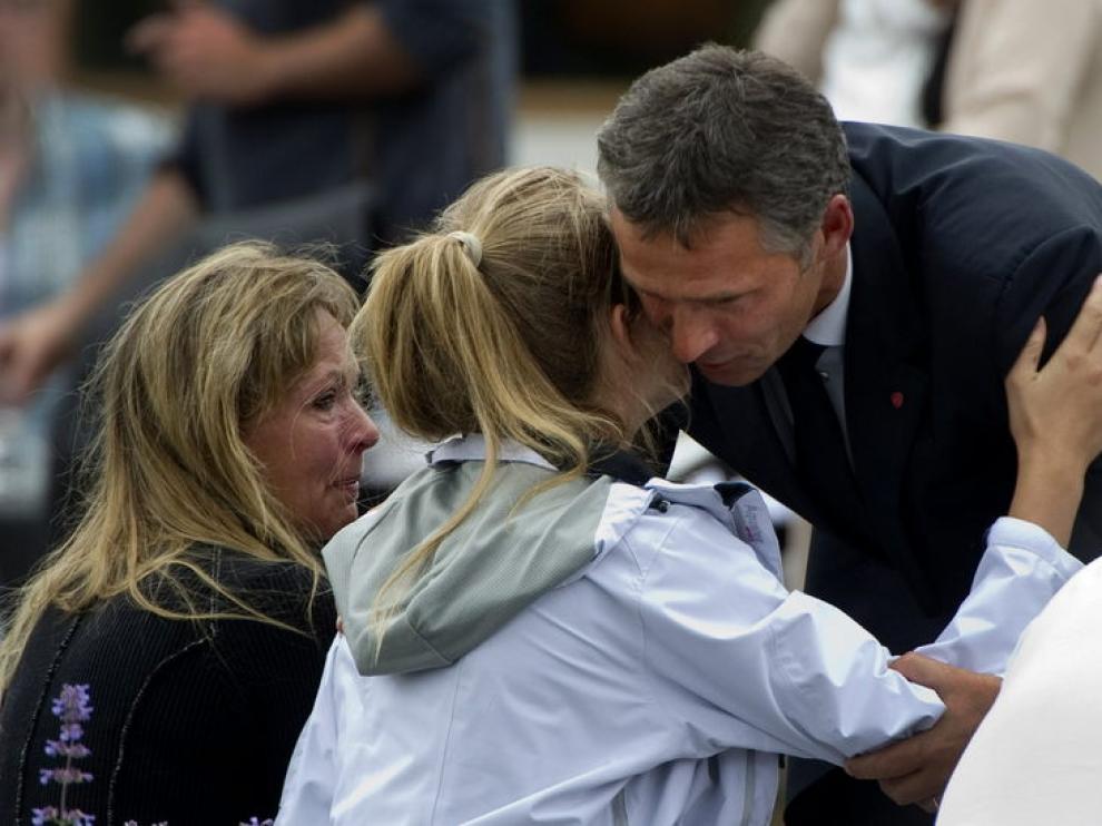El primer ministro noruego acampaña a las víctimas del tiroeo