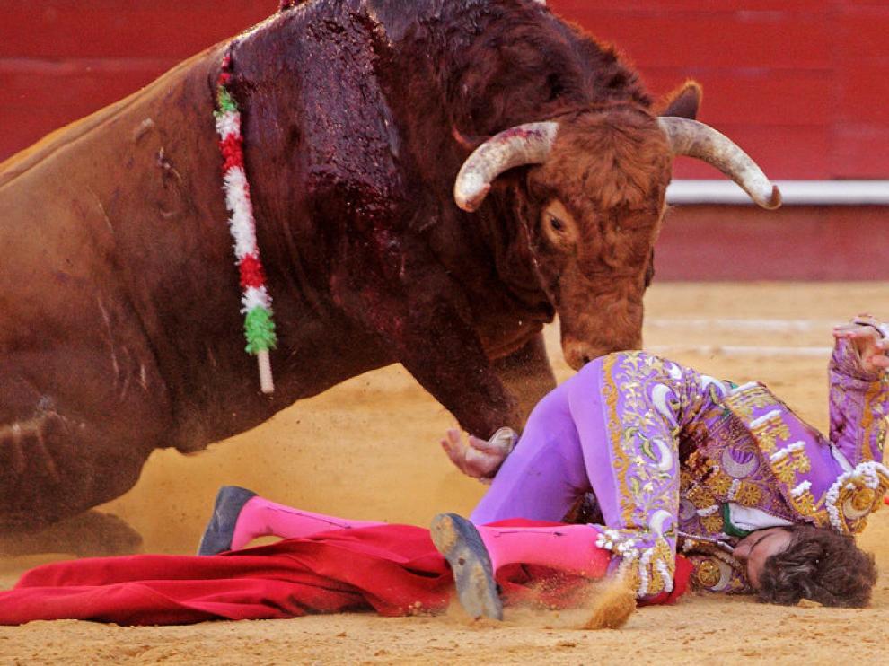 José Tomás fue golpeado por uno de los toros en su reaparición