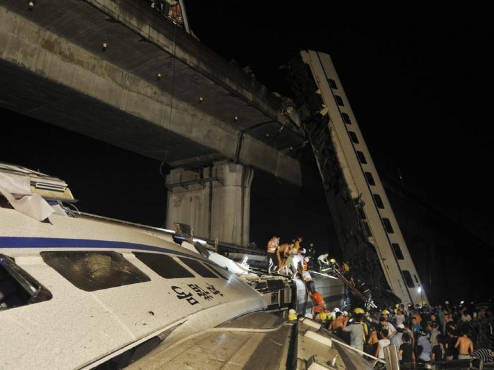 Dos vagones cayeron desde un puente de gran altura.