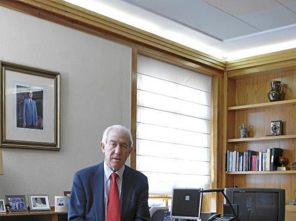 El consejero de Economía y Empleo, Francisco Bono, en su despacho.