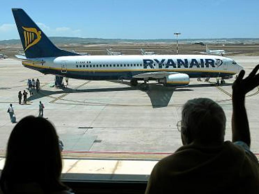 Imagen de un avión de Ryanair en el aeropuerto de Zaragoza.
