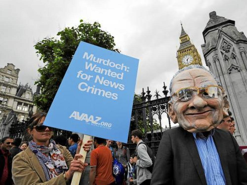 Protestas contra el magnate de la prensa Rupert Murdoch ante el parlamento británico.