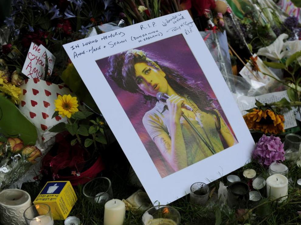 Recuerdos de la cantante frente a su vivienda en Londres
