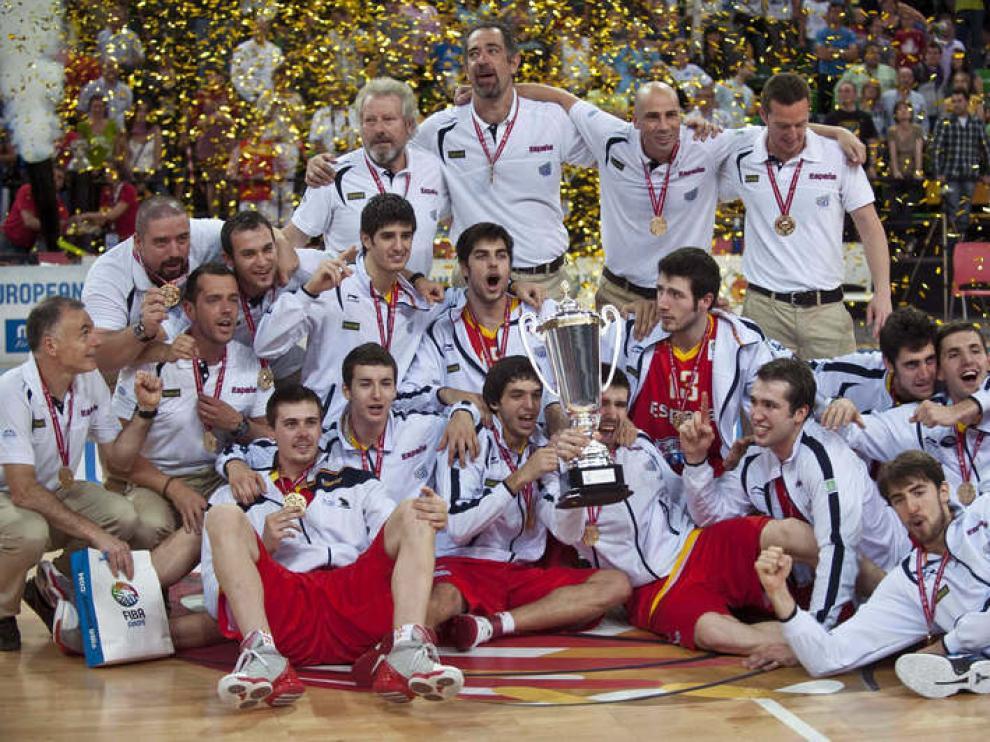 Los jugadores de la selección española posan con el trofeo de campeones.
