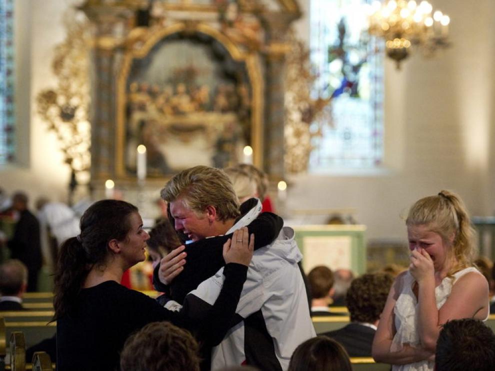 Familiares de las víctimas en la misa funeral de Oslo