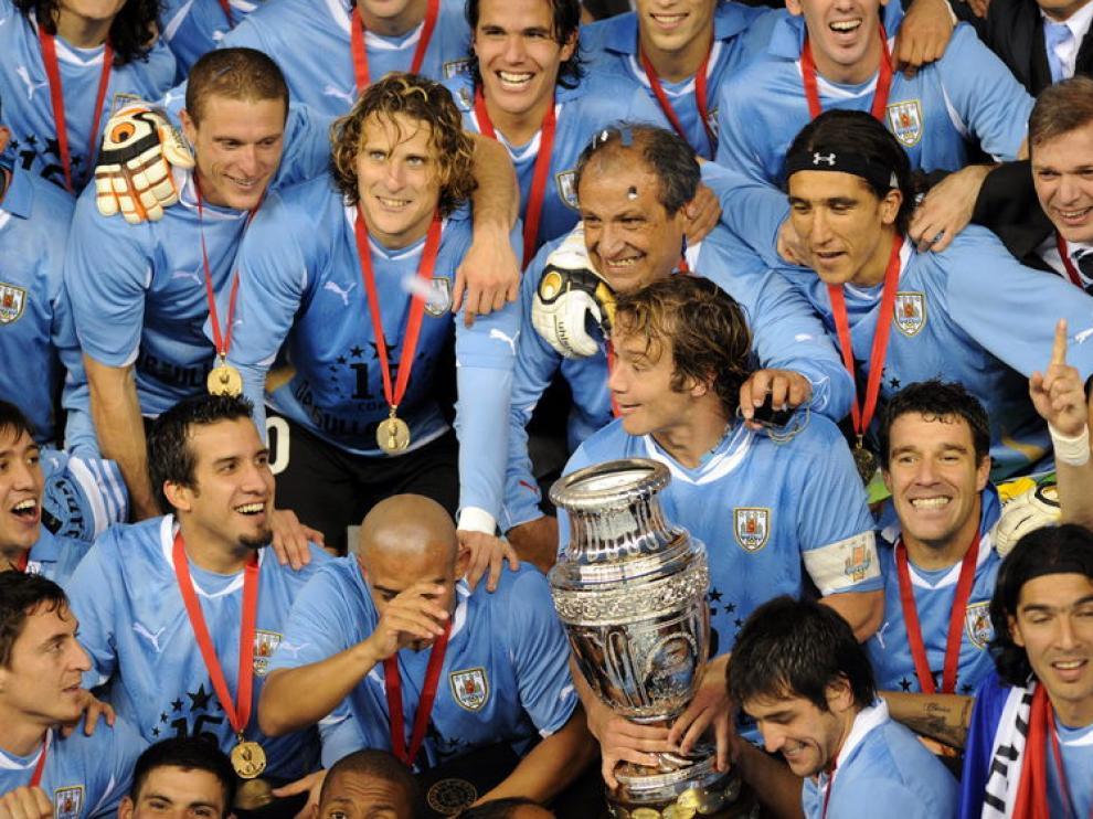 Los jugadores de Uruguay celebran el triunfo posando con la copa de campeones de América