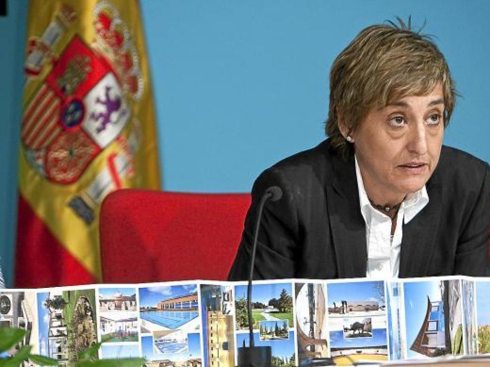 Pinilla, durante su último pleno, el pasado junio, muestra postales de los atractivos de La Muela.
