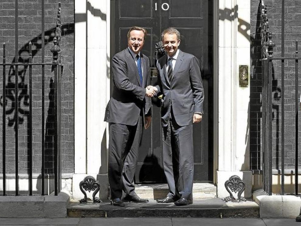 El 'premier' británico, David Cameron, recibe en el 10 de Downing St. a José Luis Rodríguez Zapatero.