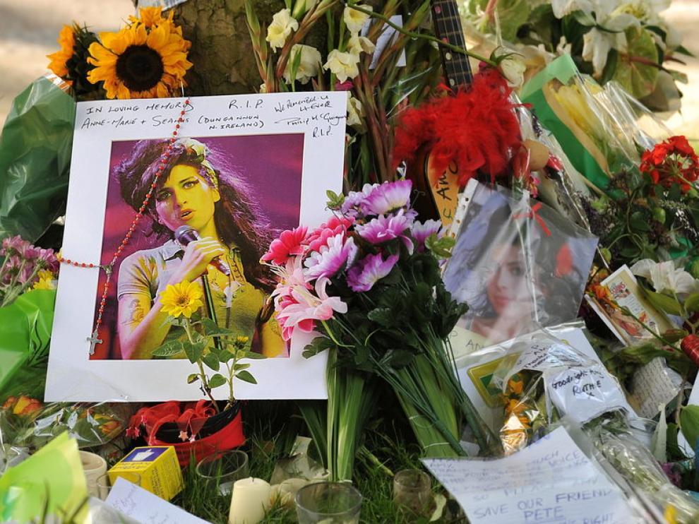 Coronas de flores en la puerta de la casa de Amy Winehouse.