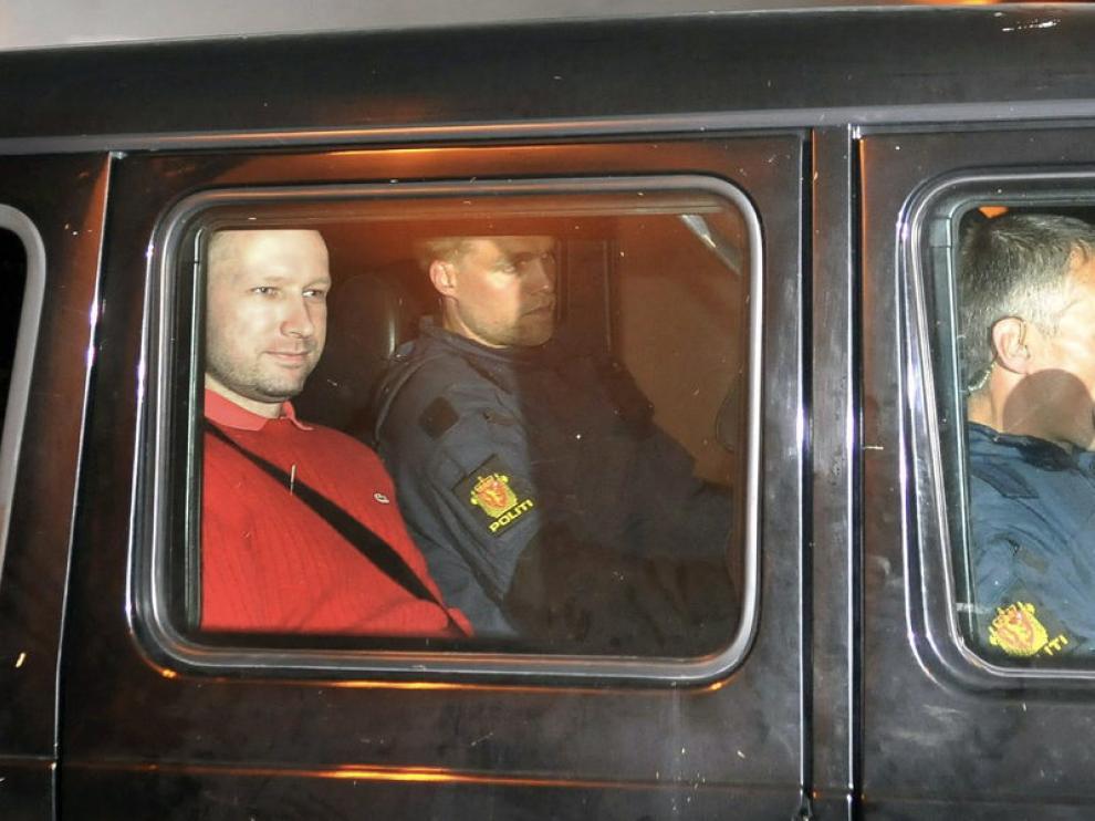 El noruego Anders Breivik, escoltado por la Policía.