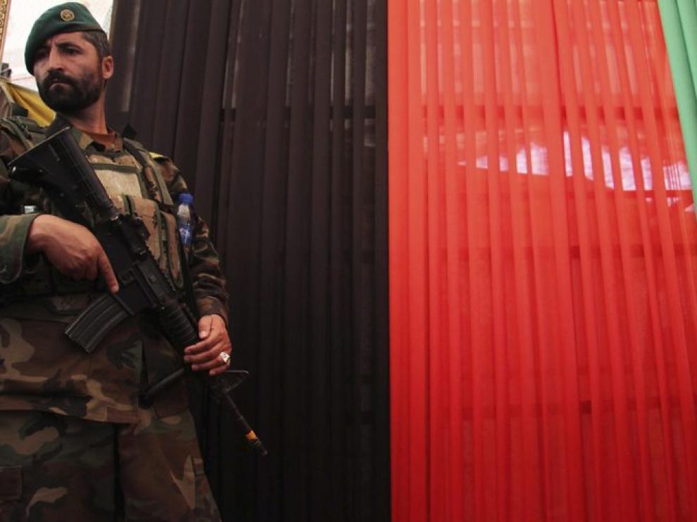 Un soldado afgano con la bandera del país