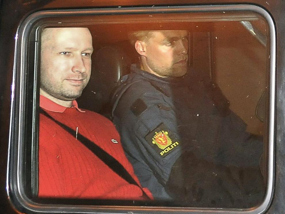 Anders Behring Breivik, con jersey rojo, a su llegada a los juzgados de Oslo