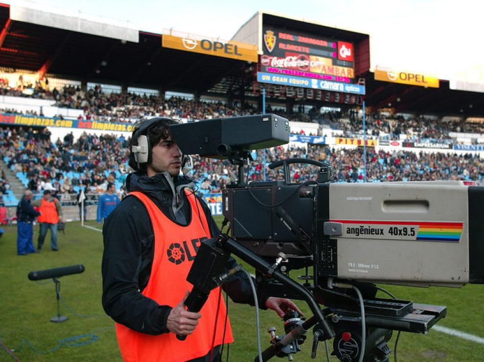 Foto de archivo de una retransmisión televisiva durante un partido en La Romareda