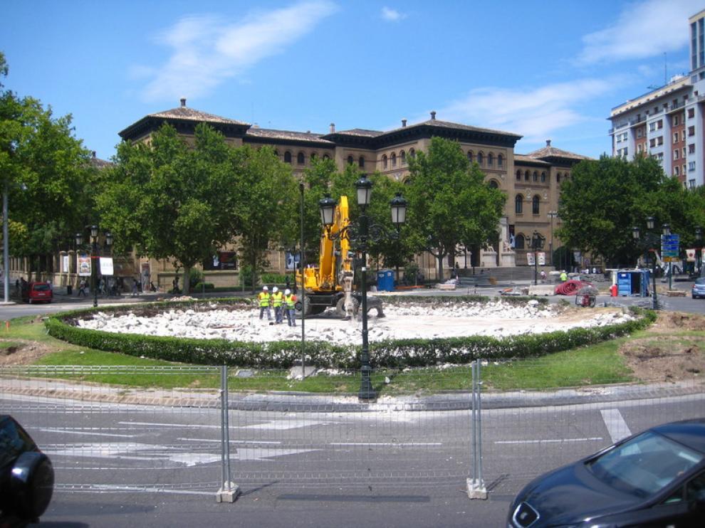 Varios operarios trabajan en las obras del tranvía dentro de la fuente de plaza Paraíso.