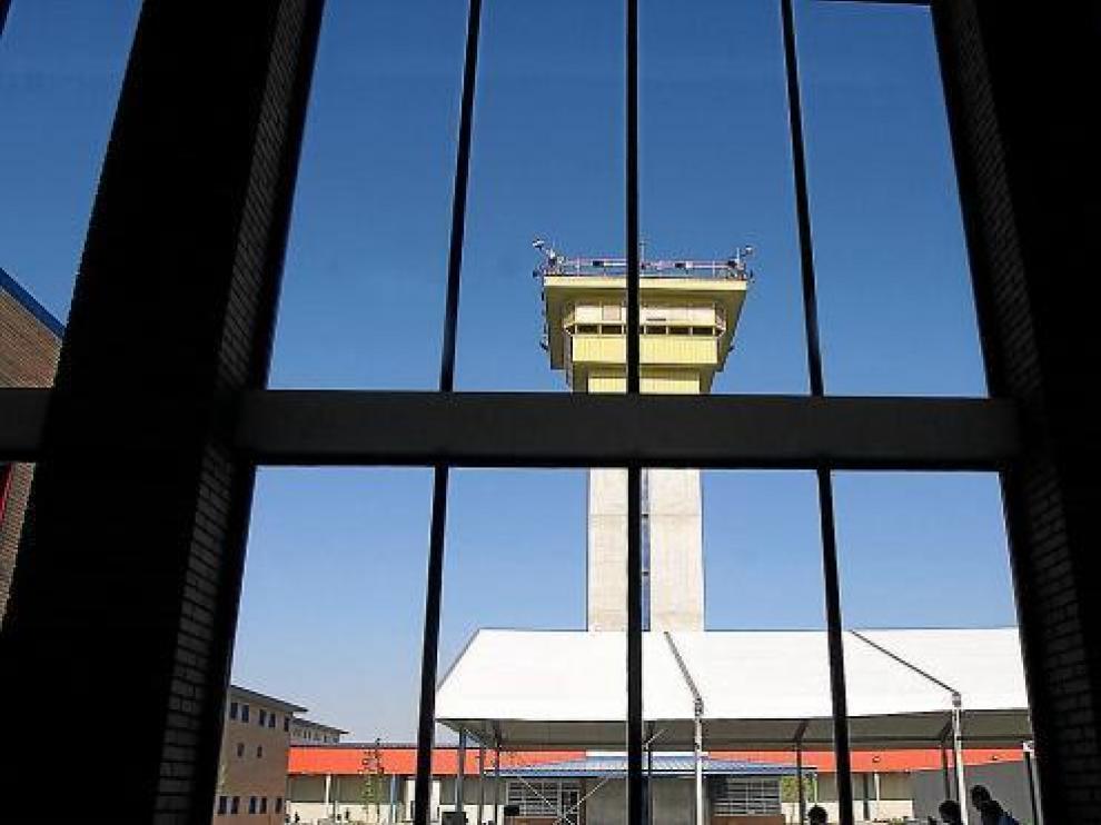 Vista de la torre central desde la que se vigilan las dependencias de la prisión de Zuera.