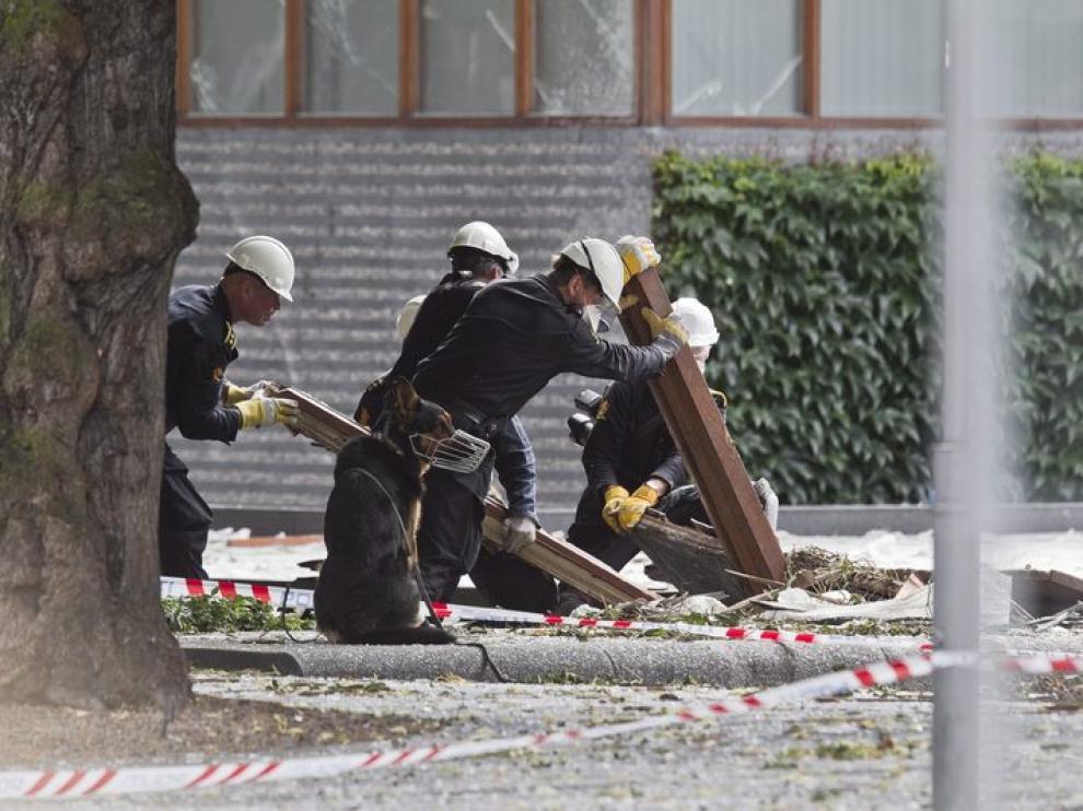 Policías noruegos, junto con perros especializados, en el proceso de búsqueda de víctimas.