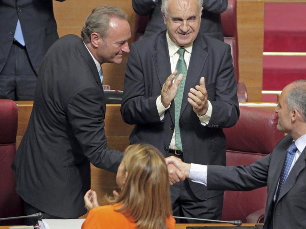 Fabra saluda a Camps en el Parlamento valenciano