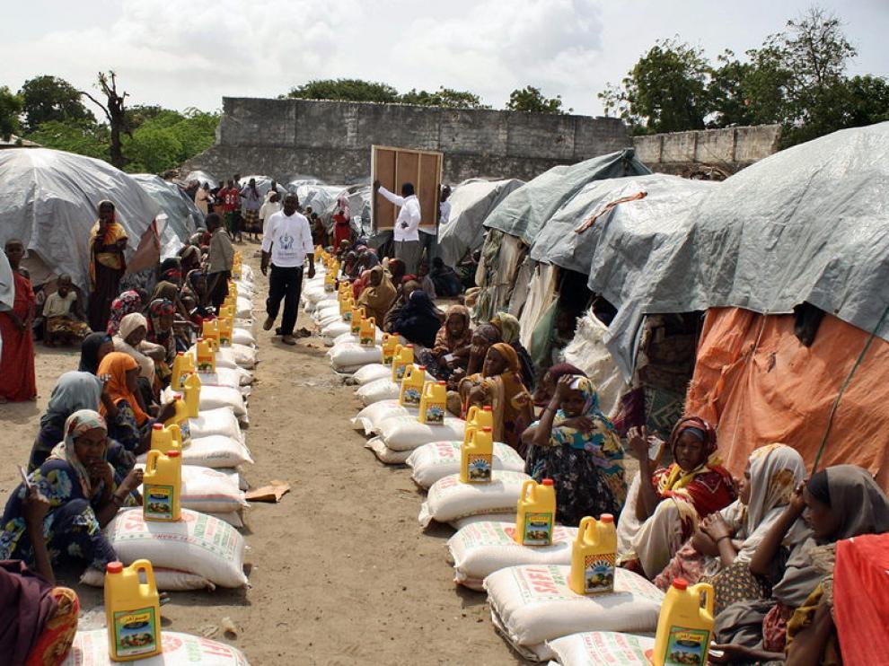 Afectados por la hambruna reciben raciones alimentarias en un centro de Somalia