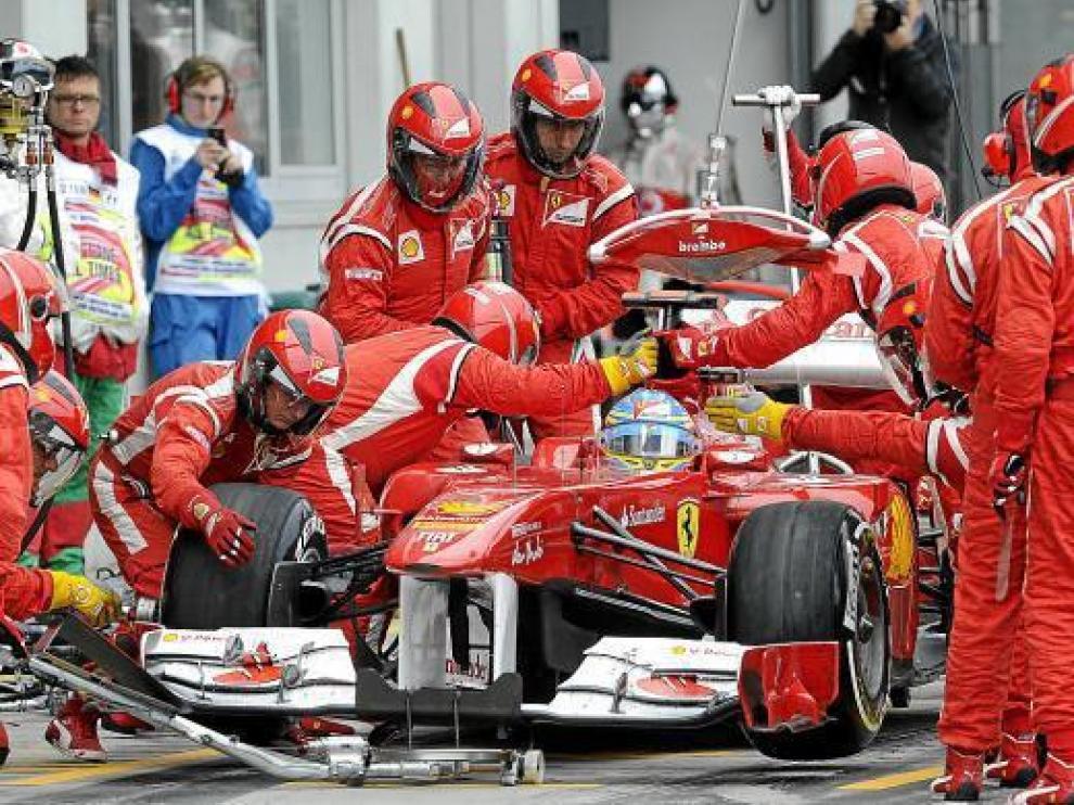 Los mecánicos de Ferrari trabajan en el coche de Alonso, durante el pasado Gran Premio de Alemania.