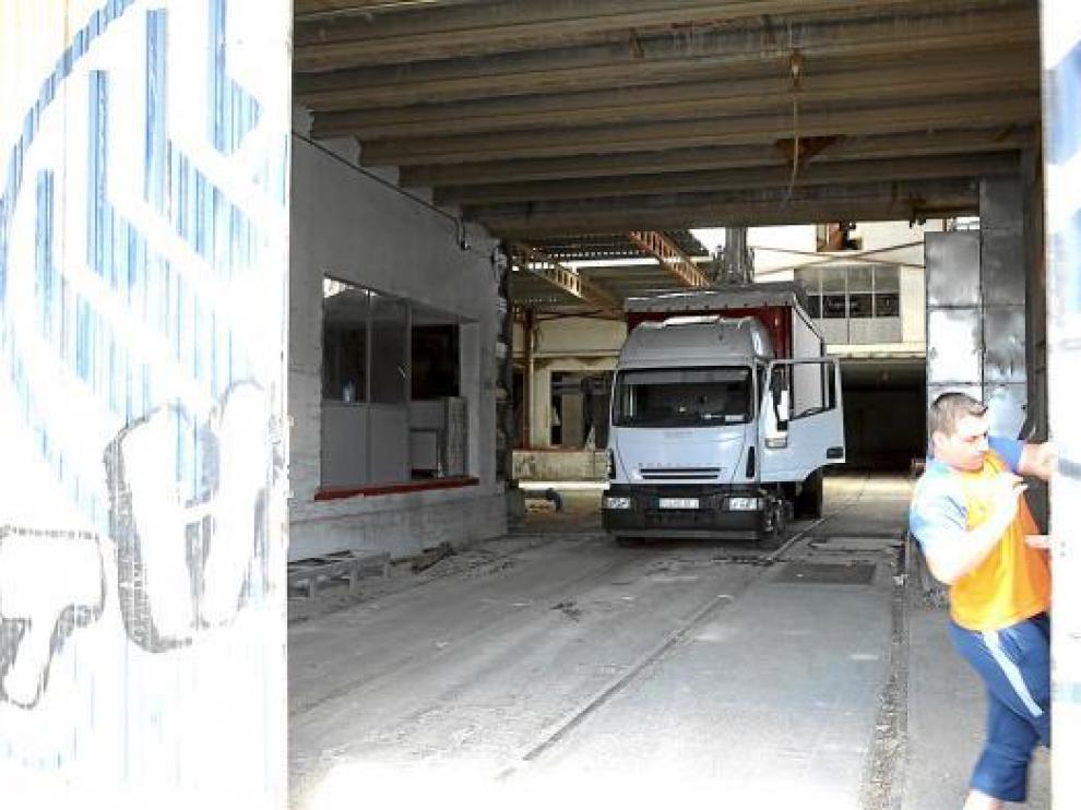 Uno de los camiones que ha transportado la maquinaria de derribo en las instalaciones de Porta.