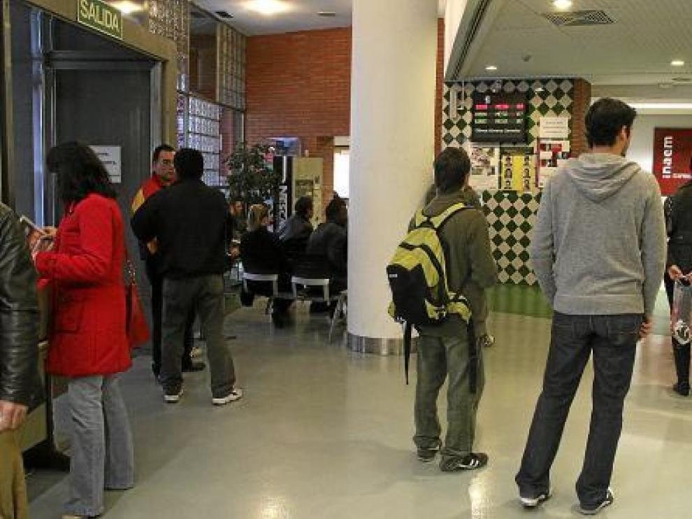 Los jóvenes aragoneses tienen cada vez mayores dificultades para encontar empleo.