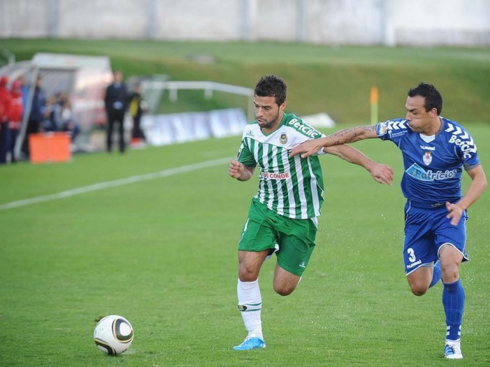 Bruno Gama trata de zafarse de su rival en un partido contra el Feirense