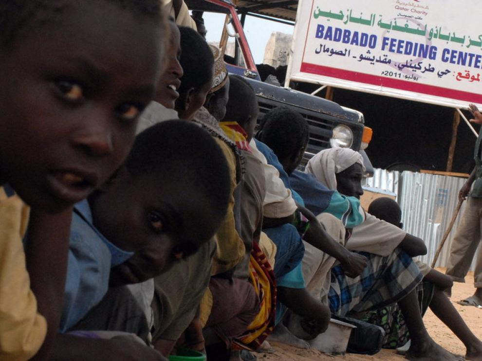 Desplazados somalíes esperan el reparto de alimentos
