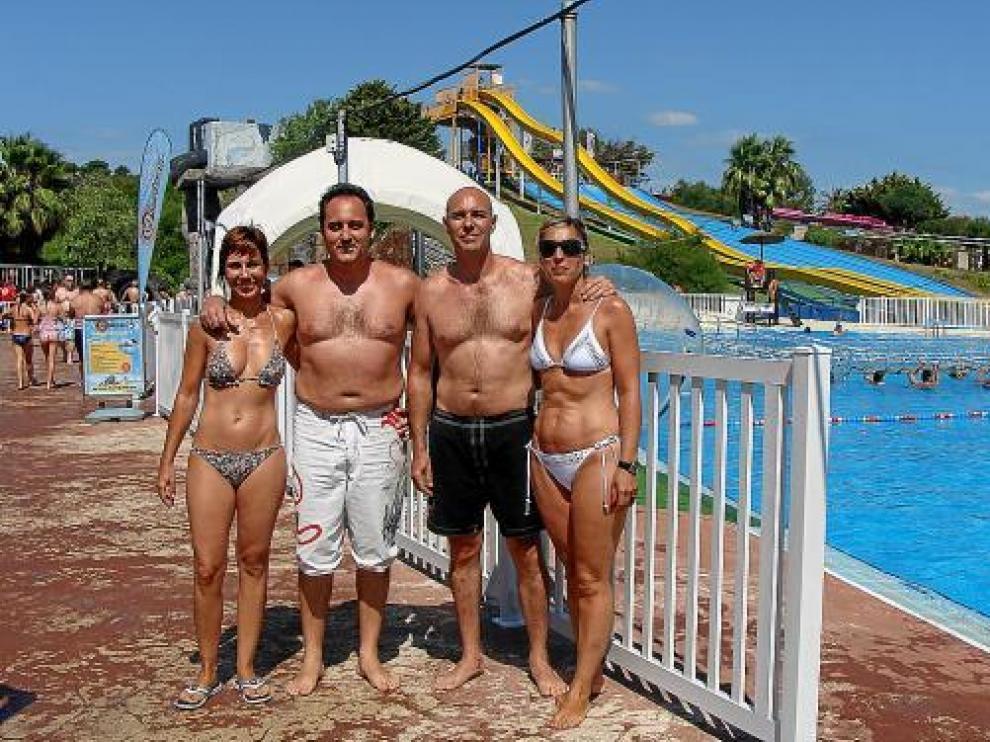 Dos familias zaragozanas disfrutan de un día en el Aquópolis.