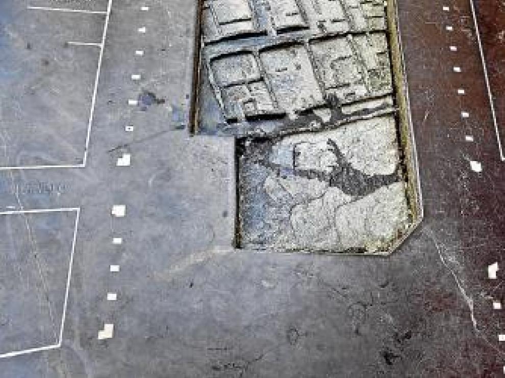 El monolito que instaló el Ayuntamiento y que informa de los restos de Sinhaya muestra la zona en la que se trabajó en 2002.