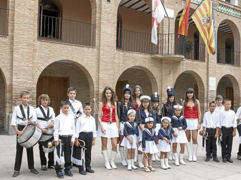 Una representación de las cornetas, tambores y majorettes, reunidos frente al ayuntamiento de La Almunia.