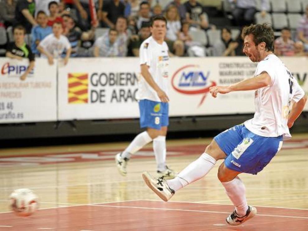 Nano Modrego golpea la pelota desde el punto de doble penalti