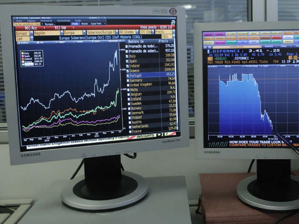 Un operador muestra la evolución de la prima de riesgo española