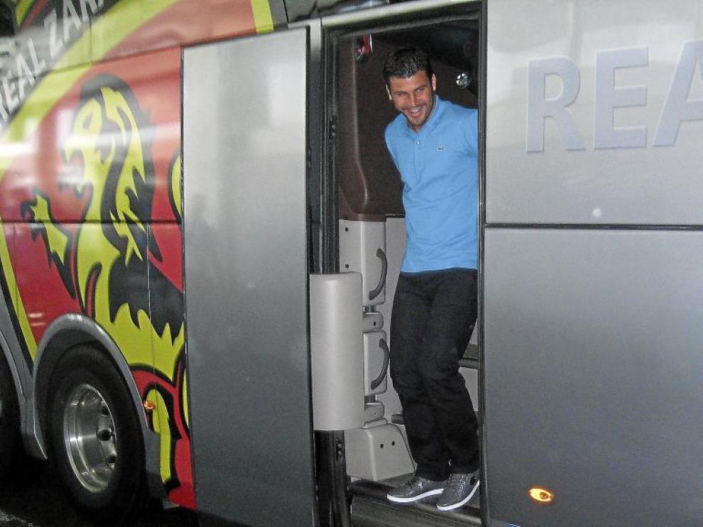 Braulio sale del autobús del Real Zaragoza, a su llegada a las instalaciones del West Ham United inglés.