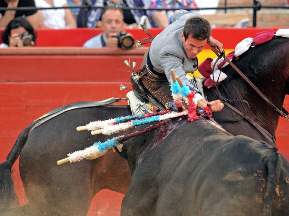 El rejoneador Manuel Manzanares ejecuta la faena durante la Feria de Julio de Valencia.