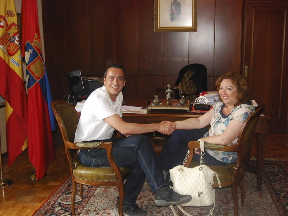 El anterior alcalde del PSOE, Fernando Heras, con Rosa María Lanau, la alcaldesa popular de Monzón.